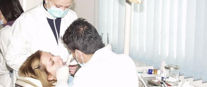הלבנת שיניים על ידי רופאת שיניים